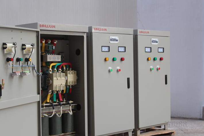 起动性能 本产品起动电动机时,电源进线的起动电流不超过电动机额定电流的3~4倍,其最大起动时间为2分钟(包括一次或连续数次起动时间的总和),若连续起动时间98总和已达2分钟,则起动的冷却时间应不少于4小时才能再次起动,因此本产品仅作长时间歇起动之用,不适宜在频繁操作条件下使用。 产品结构 本产品为箱式防护结构,有自耦变压器、交流接触器、智能数显电机保护器(时间继电器、时间继电器)等元件组成,对于75千瓦及以下的产品,系采用自动控制方式,80千瓦及以上的产品,具有手动自动两种控制方式,由转换开关进行切换,